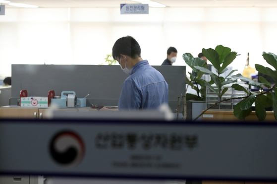 Prosecutors and investigators raid the Ministry of Trade, Industry and Energy in Sejong on Thursday. [YONHAP]