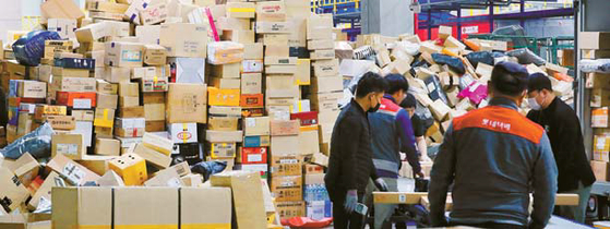 Delivery wokers at a distribution center in Seoul. [NEWS1]