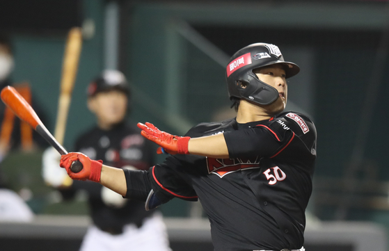 KT Wiz star Kang Baek-ho watches his hit during the final game of the season against the Hanwha Eagles on Oct. 30. Kang, the 2018 Rookie of the Year, will appear in his first KBO postseason this year. [YONHAP]