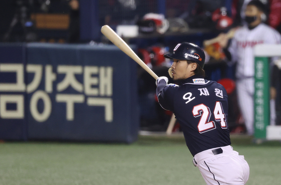 Doosan Bears veteran Oh Jae-won swings during the final game of the first round of the playoffs against the LG Twins on Nov. 5. With four RBIs, Oh was named the MVP of the series. The 35-year-old has won the Korean Series three times with the Bears. [YONHAP]