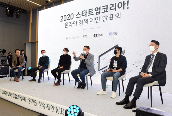 A panel on start-ups discusses regulatory obstacles in a press conference Thursday. [ASAN NANUM FOUNDATION]