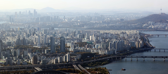 Views of apartments in Seoul on Wednesday. The government and the ruling party on Wednesday announced the assessed values of apartments will be raised to 90 percent of the market value in the course of 10 years. The increase in assessed value is expected to increase the burden on property taxes on real estates including more apartment owners to face the comprehensive real estate tax. [YONHAP]