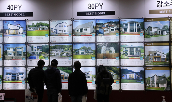 Visitors looking at pictures of stand-alone houses during an architecture exhibition held at Kintex, Goyang, Gyeonggi, on Thursday. Interest on such residential houses has been rising as apartment prices continues to go up. [YONHAP]