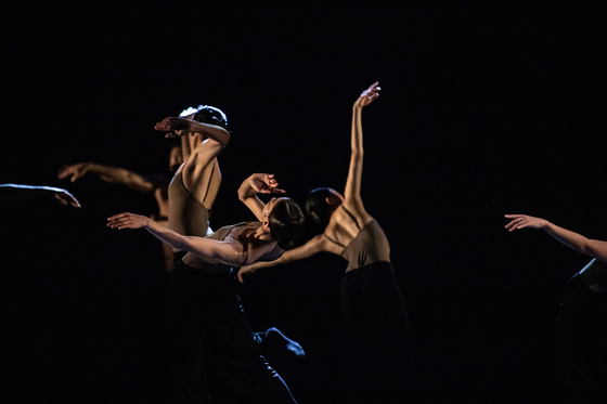 """""""Traces of Black Sand"""" choreographed by Ahn Sung-soo. [AIDEN HWANG]"""