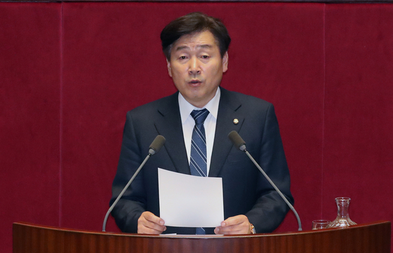 Rep. Ki Dong-min, a lawmaker of the ruling Democratic Party, motioned a revision to the Government Employee Act so that government employees don't have to follow work-related orders if they are not legitimate. [NEWS1]