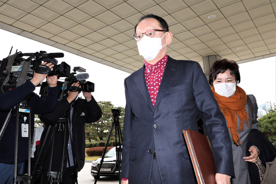 Lawmakers from the opposition People Power Party (PPP) enter the Supreme Prosecutors' Office building on Monday to conduct an inspection into the prosecution and Justice Ministry's spending of their special expenses accounts.  [YONHAP]