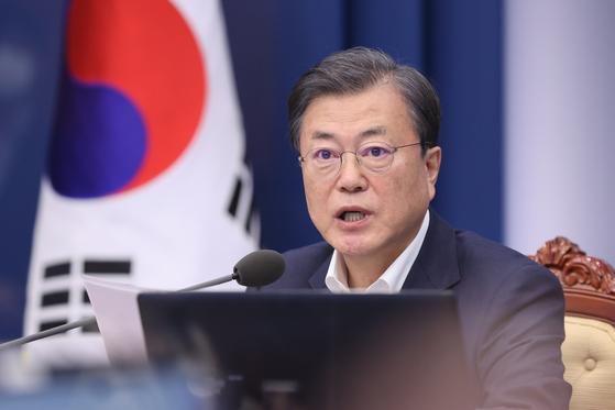 President Moon Jae-in speaks during the senior secretaries' meeting at the Blue House on Monday.  [YONHAP]