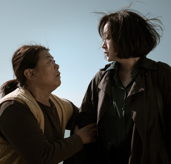 Hyun-soo (right) meets a mute islander who used to take care of Se-jin. [WARNER BROS PICTURES KOREA]