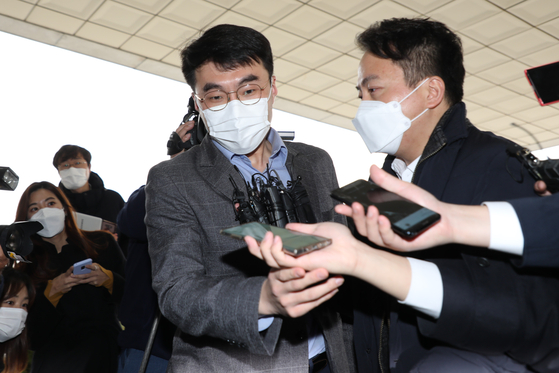 Rep. Kim Nam-kook of the ruling Democratic Party enters the Supreme Prosecutors' Office on Monday to inspect the special expenses account spending records of the prosecution and the Ministry of Justice.  [YONHAP]