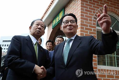 Park Jie-won, right, director of the National Intelligence Service (NIS), who kicked off a trip to Tokyo Sunday, is photographed on June 11, 2017, with Liberal Democratic Party (LDP) Secretary-General Toshihiro Nikai in Mokpo, South Jeolla. Nikai then visited Korea as a special envoy to former Japanese Prime Minister Shinzo Abe. [YONHAP]