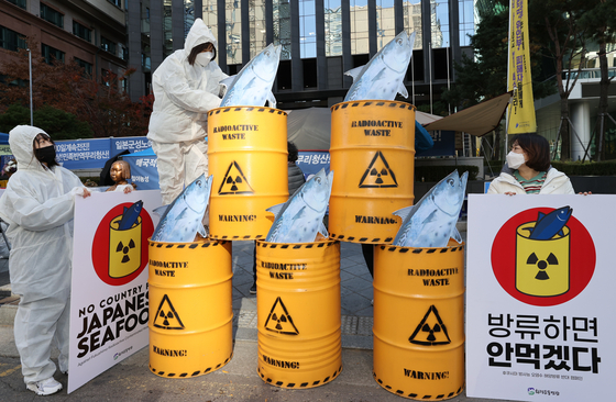 Near the Japanese Embassy in Seoul on Monday, members of environmental civic groups stage a campaign against Japanese fish products if Japan discharges radioactive water into the ocean. [YONHAP]