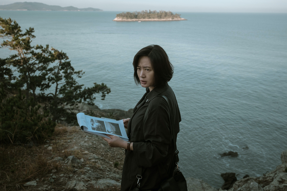 Actor Kim Hye-soo portrays Hyun-soo, a police detective trying to close a case in which the key witness is believed to have committed suicide. [WARNER BROS PICTURES KOREA]