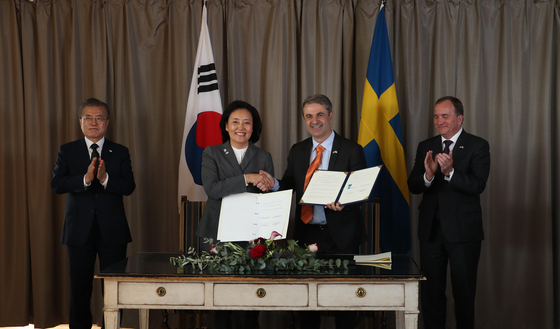 Korea's Minister of SMEs and Startups Park Young-sun, center left, and Sweden's Minister for Business, Industry and Innovation Ibrahim Baylan, center right, sign an agreement on bilateral cooperation on SMEs and start-ups at the Grand Hotel Saltsjobaden in Sweden on June 15, 2019. Korea's President Moon Jae-in, far left, and Swedish Prime Minister Kjell Stefan Lofven, far right, congratulate the occasion. [JOINT PRESS CORPS OF THE BLUE HOUSE]