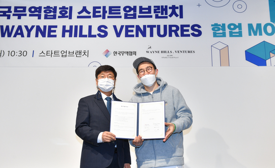 Lee Dong-ki, head of Innovation and Startup Group at KITA, left, and Wayne Hills Ventures CEO Yi Su-min pose after signing a partnership on Monday at Coex in southern Seoul. [KITA]
