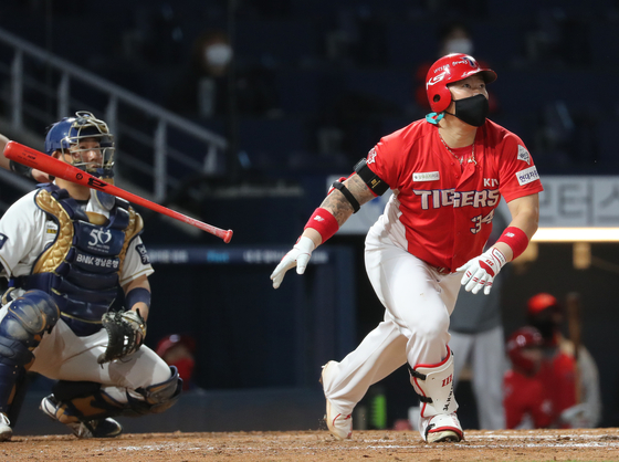 Choi Hyoung-woo of the Kia Tigers, in red, watches his three-run home run during a game against the NC Dinos at Changwon NC Park on Oct. 15. [YONHAP]