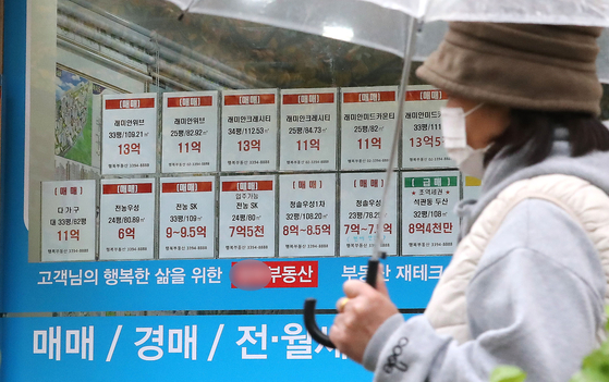Postings on the window of a real estate agency in Seoul on Nov. 1 demonstrate the shortage of jeonse offerings in the local real estate market. [NEWS1]