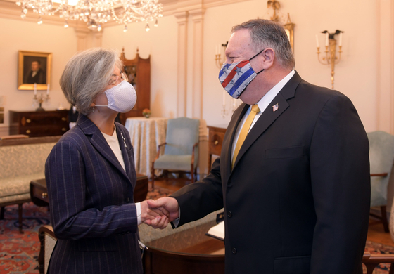 Korean Foreign Minister Kang Kyung-wha, left, and U.S. Secretary of State Mike Pompeo shake hands during a meeting at the State Department in Washington Monday in their first face-to-face talks since February. [FOREIGN MINISTRY]