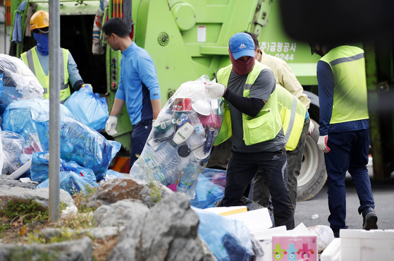 Cleaners are sorting through the trash on Oct. 5 near the Gwangju Saebom Children's Park after the Chuseok holidays. [YONHAP]