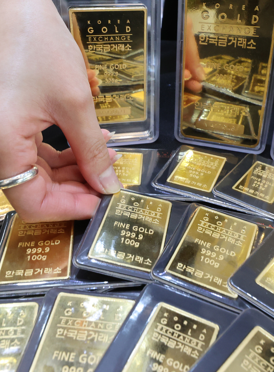 Gold bars on display at the Korea Gold Exchange's office in Jongno, central Seoul, on Tuesday. Gold prices have been falling as the demand for safe assets declines due to news of the coronavirus vaccine. [YONHAP]