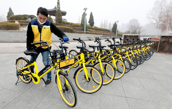 An employee from Kakao Mobility organizes Kakao T bikes at Songdo Central Park in Yeonsu District, Incheon. [NEWS1]