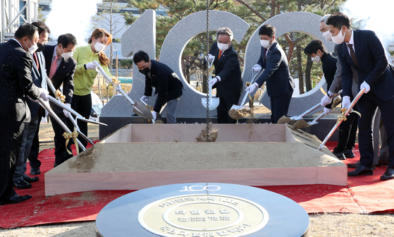 To commemorate the centennial of the foundation of the Korea Sports & Olympic Committee (KSOC), sports dignitaries, including KSOC President Lee Kee-heung, center, bury a time capsule at Jicheon National Training Center on Tuesday. [YONHAP]