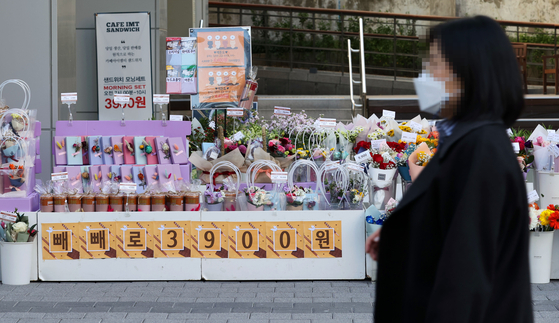 Pepero and bouquets of flowers are on sale at a store in Jung District, central Seoul, on Tuesday. Nov. 11 is known as Pepero Day in Korea, where loved one and friends express their feelings by sharing the chocolate snacks. [YONHAP]