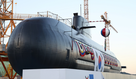 Korea's new domestically produced 3,000-ton Jangbogo-III submarine, Ahn Mu, featuring advanced combat and sonar systems, is revealed in a Navy launching ceremony Tuesday at the Okpo Shipyard of Daewoo Shipbuilding and Marine Engineering in Geoje, South Gyeongsang. The submarine is named after Korean independence fighter Gen. Ahn Mu (1883-1924), who led the independence army and defeated Japanese soldiers in the Bongodong and Cheongsanri battles in northeastern China in 1920. [YONHAP]