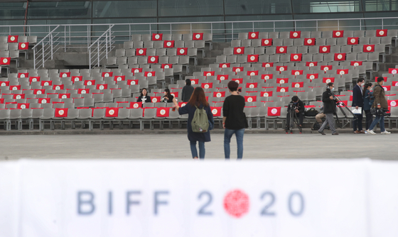 On the opening day of the 25th Busan International Film Festival on Oct. 21, outdoor theaters of the Busan Cinema Center only allowed 25 percent of the total seats to be filled due to social distancing guidelines. [NEWS1]