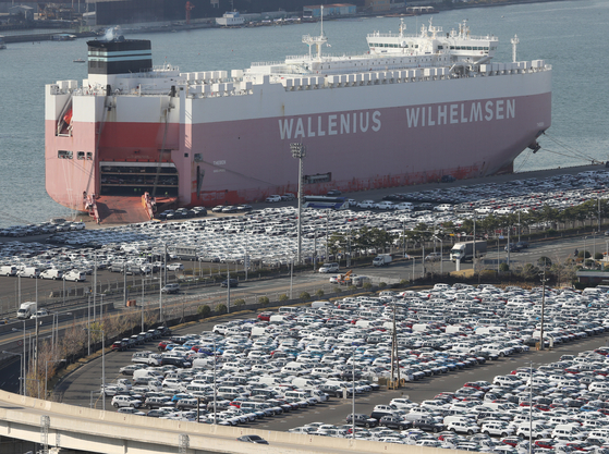 Vehicles waiting to be loaded on a ship headed overseas near Hyundai Motor's plant in Ulsan on Nov. 5. Korea's economy is expected to gradually recovery. However, KDI lowered its outlook for next year's growth citing an increasing number of coronavirus infections in other major markets. [YONHAP]