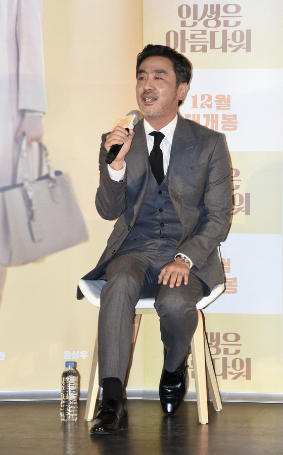 "Actor Ryu Seung-ryong is talking about 'Life is Beautiful"" at a press event for the film on Wednesday at the Lotte Cinema Konkuk University Entrance branch. [JEON TAE-GYU]"