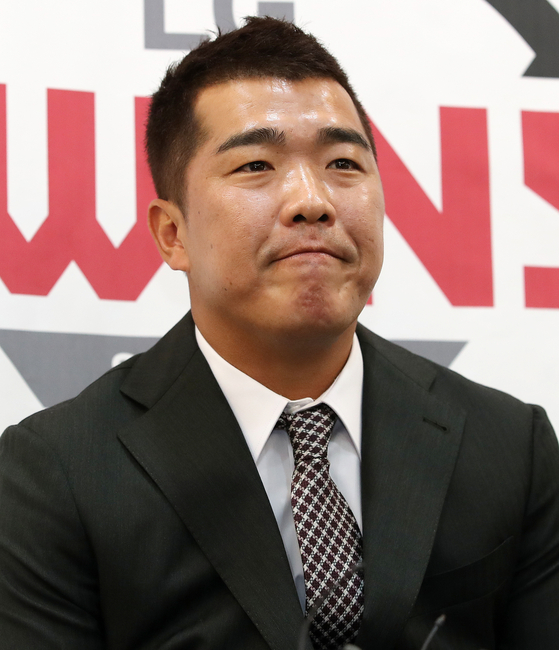 LG Twins' veteran second baseman Jeong Keun-woo answers questions during his retirement press conference at Jamsil Baseball Stadium in southern Seoul on Wednesday. [NEWS1]