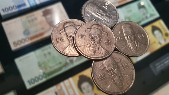 100-won coins are placed above the Korean bills in the Bank of Korea Money Museum in Jung District, central Seoul. [YONHAP]