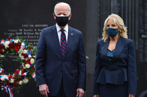 U.S. President-elect Joe Biden and his wife Jill Biden pay respects in a Veterans Day stop at the Korean War Memorial Park in Philadelphia on Wednesday. The visit took place hours before President Moon Jae-in had his first phone call with Biden on Thursday. [AFP]