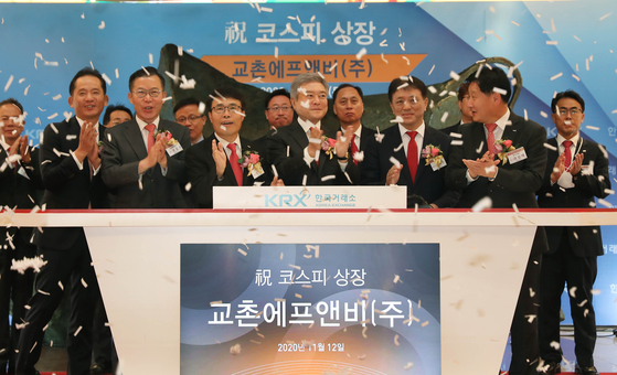 Executives from Kyochon F&B celebrate the company's debut at the Korea Exchange in Yeouido, western Seoul. [NEWS1]