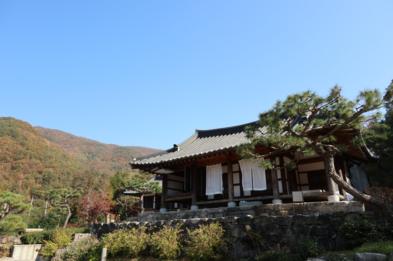 A view of one of the 250-year-old hanok at Awon Museum and Hotel in Wanju, North Jeolla. [LEE SUN-MIN]
