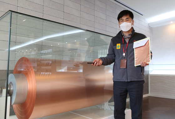 Kim Ja-sun, leader of the SK Nexilis' copper foil production team, introduces the 6-micrometer copper foil roll of 40 kilometers which SK succeeded in mass production in 2013. [SK NEXILIS]
