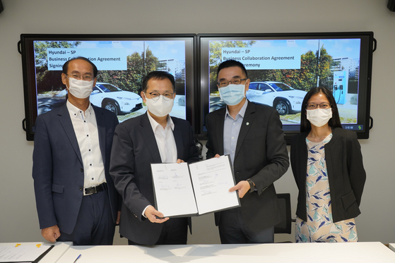 Hong Bum-jung, head of SF Innovation Center, second from left, and Chua Kee Heng, managing director of SP Group, pose for a photo after signing an agreement at SP Group headquarters in Singapore. [HYUNDAI MOTOR GROUP]