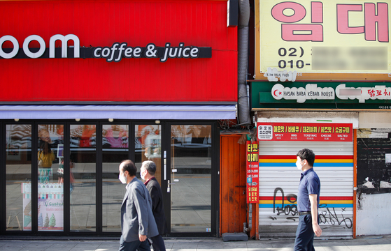 A commercial unit needs a new tenant as small businesses have been closing amid the coronavirus pandemic on Sept. 27 in Sinchon, central Seoul. [NEWS1]