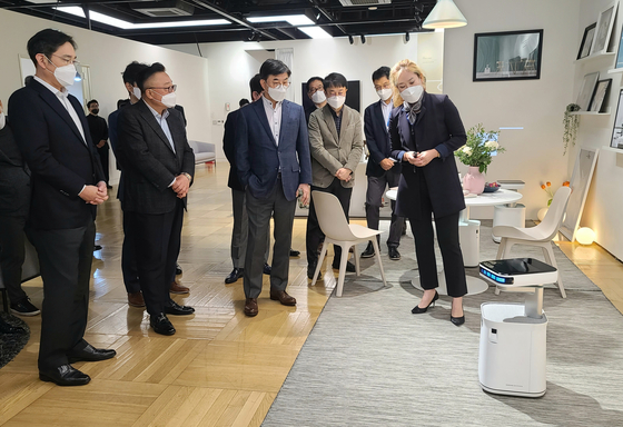 Samsung Electronics Vice Chairman Lee Jae-yong, far left, is briefed about the design of a home robot designed to help owners with their diets and workouts on Thursday at Samsung's R&D center in southern Seoul. [SAMSUNG ELECTRONICS]