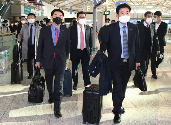 Ruling Democratic Party (DP) Rep. Kim Jin-pyo, front right, leads a delegation of lawmakers from the Korea-Japan Parliamentarians' Union on a trip to Tokyo, departing from Incheon International Airport Thursday. [YONHAP]