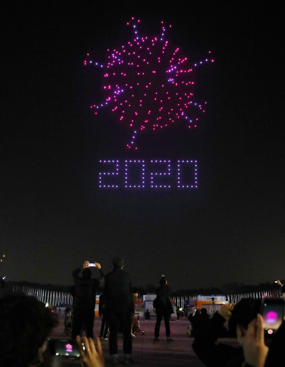 Drones make images in the night sky above Olympic Park in Songpa District, southern Seoul, on Saturday. The light show, which used 300 drones, was a collaboration between the Land, Transport and Infrastructure Ministry and the drone start-up UVify in promoting the government's Korean New Deal. [YONHAP]
