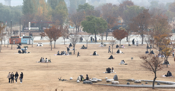 People practice social distancing at Yeouido Hangang Park near the Han River on Sunday amid looming fears of Level 1.5 social distancing restrictions being imposed. [YONHAP]