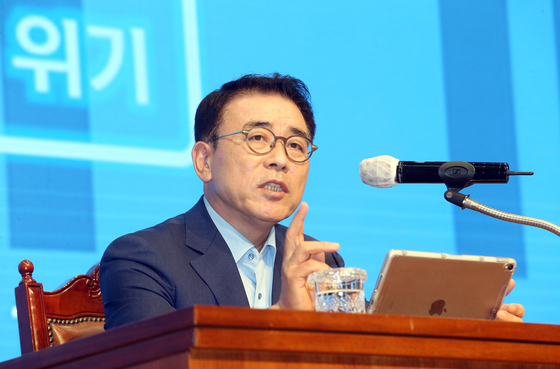 Cho Yong-byoung, Shinhan Financial Group chairman in announcing the banking group second half business plan in July at the bank's headquarters in Seoul. Cho on Nov. 15 announced a plan of carbon neutrality by 2050, the first financial group to do so in East Asia. [NEWS1]