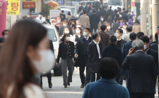 A street in Seocho District, southern Seoul, fills up during lunchtime Monday amid warnings from central health authorities about the greater Seoul area being elevated to Level 1.5 measures. [YONHAP]