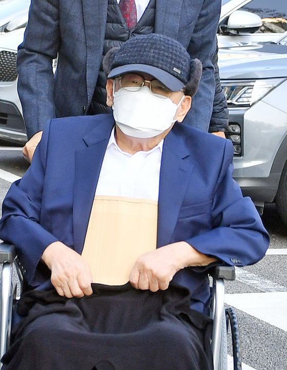 Shincheonji founder and leader Lee Man-hee appears at Suwon District Court on Monday to attend a hearing after he was indicted for obstructing the government's efforts to prevent the spread of infectious diseases. [NEWS1]