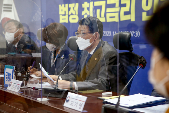 Financial Services Commission Chairman Eun Sung-soo announces plan of lowering the legal maximum ceiling on loan rates from 24 percent to 20 percent. [YONHAP]