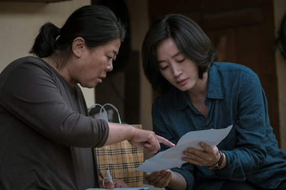 Hyun-soo (played by Kim Hye-soo) right, is a police detective trying to close a case revolving around Se-jin. [WARNER BROS KOREA]