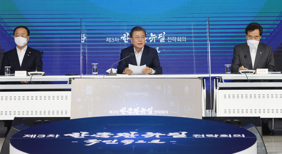 From left, Finance Minister Hong Nam-ki, President Moon Jae-in and Democratic Party leader Lee Nak-yon at a Korean New Deal strategy meeting held at Dongdaemun Design Plaza (DDP) in Seoul on Monday. [YONHAP[