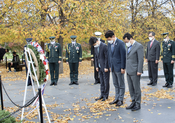 Democratic Party Rep. Song Young-gil, center, and members of the party's Korean Peninsula task force pay respect at the Korean War Memorial in Washington Sunday as they kick off their six-day trip to the United States. [DEMOCRATIC PARTY]