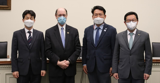 Democratic Rep. Brad Sherman of California, second from left, poses with a group of Korean Democratic Party lawmakers led by Rep. Song Young-gil, third from left, at the Rayburn House Office Building in Washington Monday. [OFFICE OF REP. SONG YOUNG-GIL]